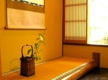 庵 恵美須屋町町家 1F:和室設え 床の間には季節に応じたお花の設えがございます。