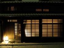 庵 西陣伊佐町町家 町家の外からの眺めです。明かりで格子が浮かび上がり、暖かく迎え入れてくれます。