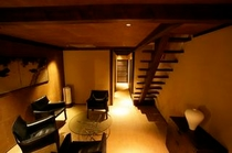 庵 和泉屋町町家 1F洋間です。一人掛けソファが4脚あります。