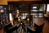 庵 西陣伊佐町町家 2F板間です。黒いソファが高級感を引き立たせます。