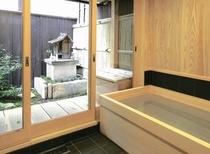 庵 三坊西洞院町町家 1Fのお風呂です。お庭を眺めなら、浴槽に浸かることが出来ます。