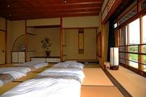 庵 美濃屋町町家 2Fの鴨川に面した和室です。