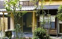 庵 三坊西洞院町町家 玄関前の坪庭です。新緑の季節になると、一層表情が豊かになります。