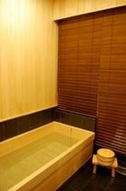 庵 美濃屋町町家 1Fのお風呂です。檜の良い香りで、リラックスできます。