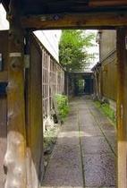 庵 和泉屋町町家 通路の奥に見える町家は、隠れ宿と言った感じです。