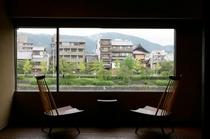 庵 和泉屋町町家 2F和室の窓辺の椅子です。窓からは、清水寺をご覧いただけます。