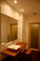 庵 美濃屋町町家 1Fの洗面室です。扉の奥にはお風呂がございます。