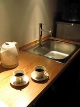 庵 西陣伊佐町町家 2Fのキッチンです。食器類、コーヒー等を備えております。