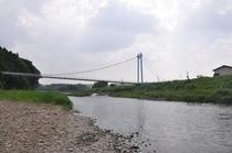 川原からつり橋を眺める