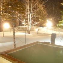 *冬の雪見露天風呂(夜景)