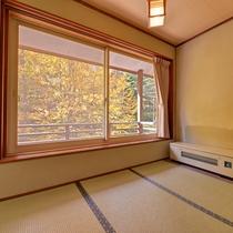 *秋の白根棟和室(紅葉)