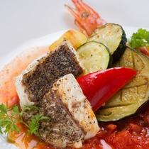 *お夕食一例/旬のお野菜と真鯛のムニエルをトマトソースでとじ込めて。