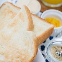 """*ご朝食一例/焼き加減がちょうどいいトーストに、保存料無使用""""南房総ピーナツクリーム""""をつけて◎"""