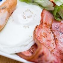 *ご朝食一例/ベーコンエッグにソーセージ。朝の定番メニュー!
