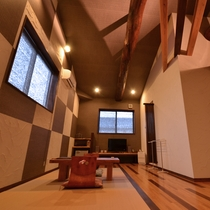 春夏【君影草又は花車】山側客室:高い天井と梁があり開放感ある空間。