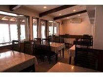 食堂、前の沼の新緑、紅葉か美しい