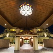 2015年7月リニューアル!正面玄関/上部には琉球ガラスの照明が鮮やかに照らします