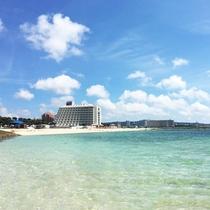 透明度抜群のサンマリーナビーチ(海上遊歩道からの景観)
