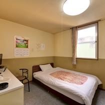 *<狭めのシングルB>窓ありシングルのお部屋一例。日差しが心地よいシンプルなお部屋です。