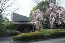 研修も行われる宿泊棟は木々に囲まれた静かな環境。温泉施設に隣接しています。