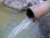 野天風呂に流れ落ちる源泉かけ流しの温泉