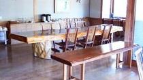 大きな縄文杉のテーブを食堂にご用意