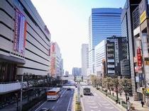 駅前大通りと空港行きリムジンバス。右奥にそびえる31F建ての建物がホテル隣接の大宮ソニックシティビル
