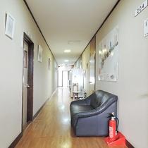 *[館内/2階廊下]廊下には共同冷蔵庫が設置されています。