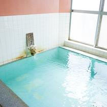 *[大浴場/女湯]大きな窓を配した大きく明るい湯船でゆっくりとお愉しみ下さい。