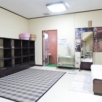 *[大浴場/女湯・脱衣室]清潔感のある広々とした脱衣所です。
