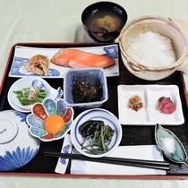 *[朝食一例]飲泉できる当館の温泉で炊いた!身体に優しい温泉粥付の朝食です。