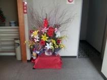 階段踊り場には、生け花
