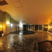 窓の奥は展望露天風呂。サウナや水風呂も備えております。