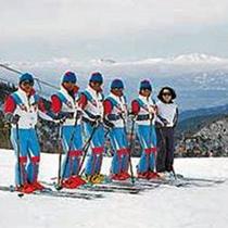*ゲレンデのスキースクールのスタッフ