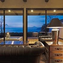 富士山と駿河湾を望む露天風呂付客室の一例です