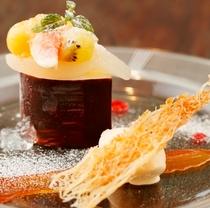 洋梨のムース チョコケース/ラ・フランスのコンポートとカラメルアイスを添えて