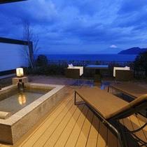 海と富士山を望む温泉露天風呂付スイートの客室の一例です