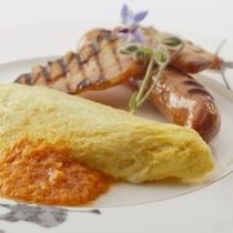 朝食:地鶏の卵を使ったオムレツや特選ベーコン、ハムなど素材を存分にご堪能いただける洋食