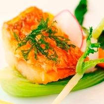【夕食】(魚料理)駿河湾産甘鯛のうろこ付きカリカリポワレ