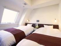 客室の一例(ツインルーム)※斜め天井