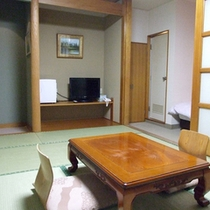 *【客室例(和洋室)】和室とベッドルームの分かれた造りなので、ごゆっくりお寛ぎ頂けます。
