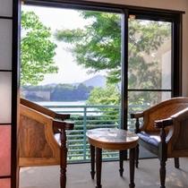 *角部屋(客室一例)/時間を忘れ、入鹿池の絶景に身を委ねるのも何よりの贅沢。