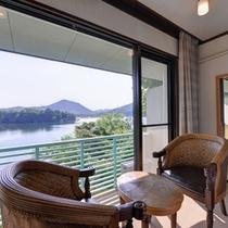 *角部屋(客室一例)/窓辺の椅子に腰かけて、静かに澄み渡る湖に心を癒されて。