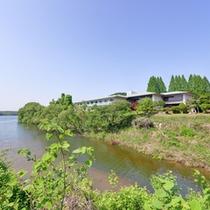 *入鹿池の湖畔に佇むホテル。犬山駅より車で15分。全室レイクビューの絶景をご覧いただけます。