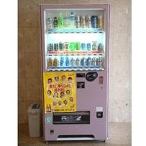清涼飲料水/アルコールの自動販売機は1Fにございます。