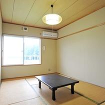 *【和室(一例)】6畳のシンプルなお部屋。窓の外には田園風景が広がります。