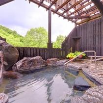 *【本館:いろりあん/露天風呂】本館の温泉もご利用OK!裏山が望め、紅葉露天や雪見露天が楽しめます。