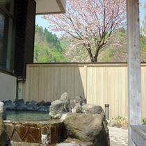 *【露天風呂】可愛らしく咲く花を眺めながら、ご入浴を満喫。