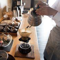 【ライブラリーラウンジ】朝は挽きたてのドリップコーヒーをどうぞ。