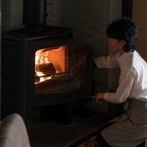 【ライブラリーラウンジ】冬は薪ストーブに火が灯ります。